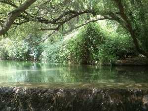 Increíblemente hermoso lago de agua de deshielo